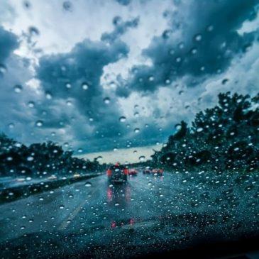 Ασφαλή οδήγηση στη βροχή.